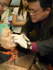 Dr Roy Chio using Sculptra for his patient